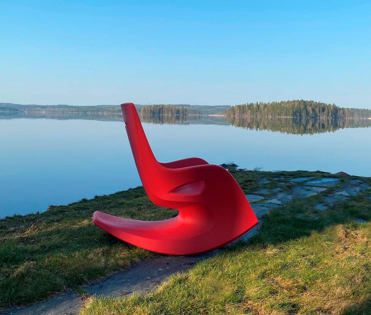 punainen heija keinutuoli järvimaisema