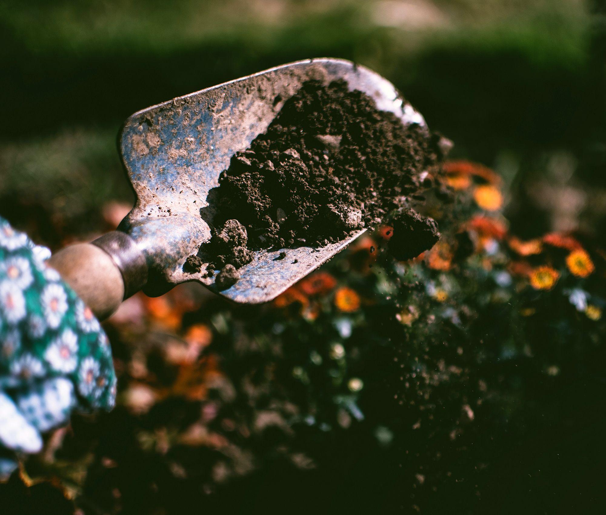 kompostimulta ja lapio